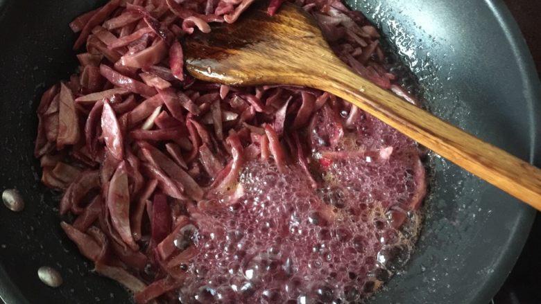 百香果果脯,不用理它,继续煮,煮的时候要用铲子翻拌