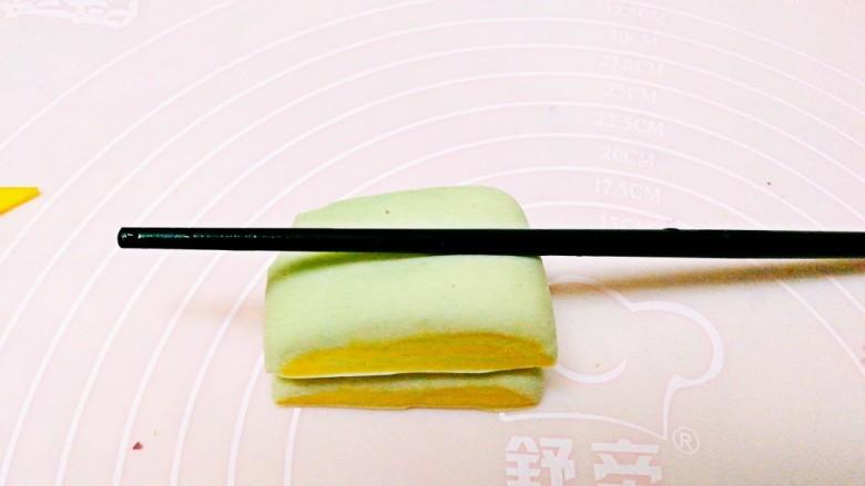 双色南瓜花卷,切成均匀的块,用筷子在中间压