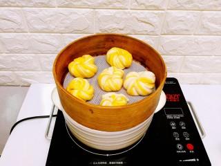 双色南瓜花卷,将所有的花卷胚做好,饧十分钟后,放入蒸锅,大火蒸至水开后,改小火蒸10分钟,焖5分钟后打开