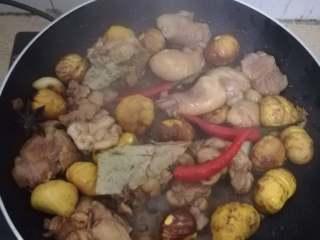 大吉大利,今晚吃鸡——板栗焖鸡,稍微翻炒后放入辣椒增加味道,如果不吃辣的可以不放