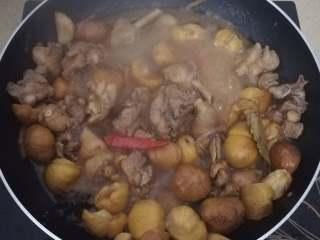大吉大利,今晚吃鸡——板栗焖鸡,等水分收到自己喜欢的程度加盐调味即可