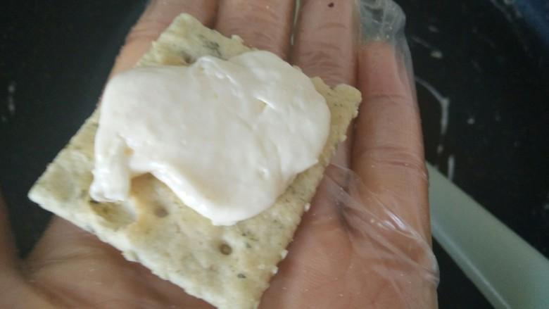 海苔牛扎饼,取一片饼干,戳一点牛扎糖放在饼干上