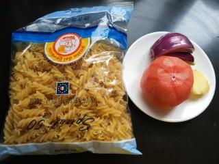 茄汁螺旋意面,准备意面,番茄,洋葱,生姜,并洗净,番茄去皮。