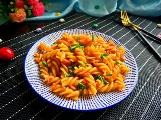 茄汁螺旋意面,没有罗勒,只好用香葱代替啦!很香味道棒棒哒!