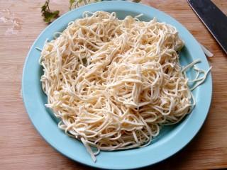 凉拌百叶,用筷子抖一抖,让百叶散开,不然会粘成一坨。