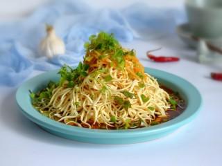 凉拌百叶,撒上葱叶、香菜,也可以放一些花生碎等。吃的时候,抖散拌勻即可。