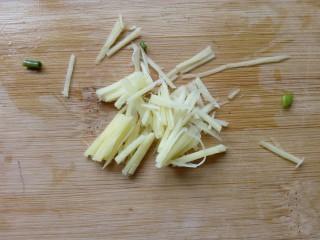 凉拌百叶,姜切细丝。