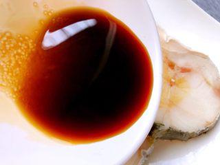 清蒸鳕鱼,把调好的酱汁均匀的倒到鳕鱼上