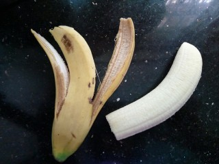香蕉吐司卷,香蕉去皮,切的长度跟吐司片差不多