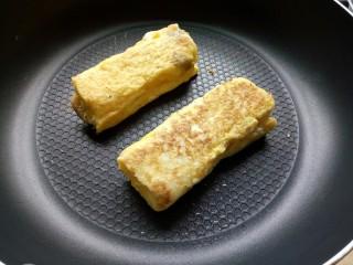 香蕉吐司卷,放入平底锅小火煎至表面金黄