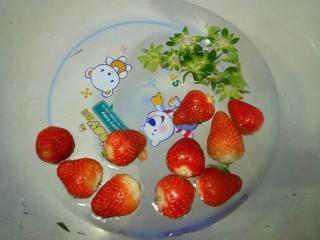 香蕉吐司卷,草莓洗干净