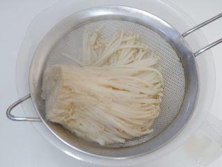 凉拌金针菇 ,焯好之后沥干水份,捞出立刻放入冷开水中过凉。