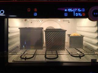 """""""蜂芒""""吐司,溫度180度烘烤40分鐘"""
