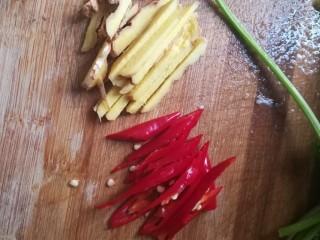 #下酒菜#炒白公鱼干,红辣椒,姜切丝。记得有个大厨(真不是我哦)说过,配料的大小尽量和主料差不多,这样可以更美观,所以姜今天我也切丝啦。