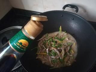 #下酒菜#炒白公鱼干,鱼干软后加入蒸鱼豉油