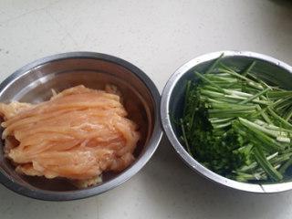 韭菜面片,鸡脯肉切丝,韭菜梗切段