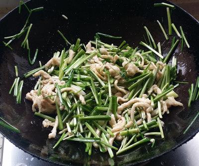 韭菜面片,再放入韭菜梗及调料,翻炒入味