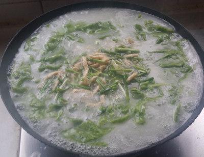 韭菜面片,倒入炒好的鸡丝