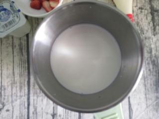 草莓🍓奶冻羹,把牛奶倒入奶锅