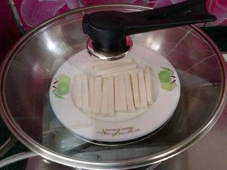 蓝莓山药,蒸锅上汽后蒸至10~20分钟左右,蒸至用筷子戳至熟烂即可