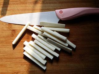 蓝莓山药,将刨好的山药再次冲洗干净后用刀切长条