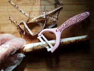 蓝莓山药,带上一次性手套洗去山药上的泥土,再用刨皮刀刨去山药外皮