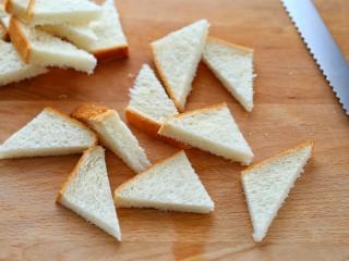 花样土司+香脆蜂蜜土司片,将土司切成小三角状