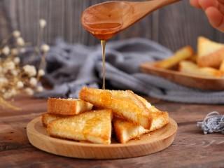 花样土司+香脆蜂蜜土司片,按口味淋上适量蜂蜜