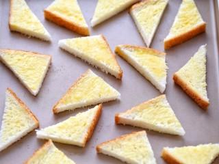 花样土司+香脆蜂蜜土司片,将刷好黄油的土司片排放烤盘内
