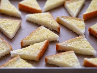 花样土司+香脆蜂蜜土司片,撒上适量粗粒砂糖