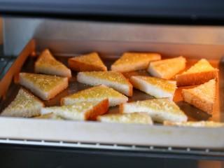花样土司+香脆蜂蜜土司片,将烤盘放入中层烤约15分钟