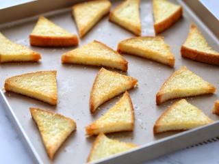 花样土司+香脆蜂蜜土司片,待土司片烤至表面金黄酥脆取出即可