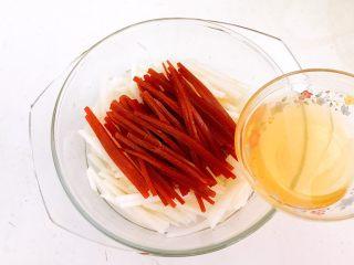 5分钟快手菜  柠香蜜汁拌双丝,加入蜂蜜