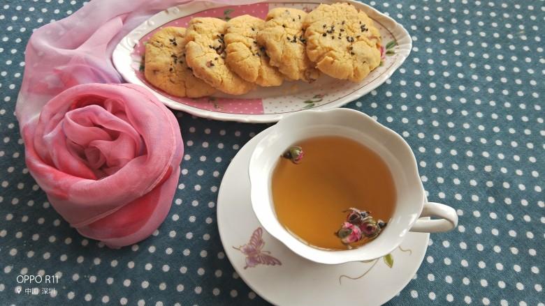 不一样的核桃桃酥,放凉后就可以享用了,做下午茶的点心,泡一杯茶好极了,酥得掉渣,一碰就碎了