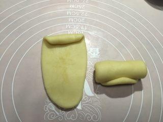 香蕉酥,擀好后沿如图方向卷成卷
