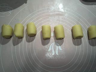 香蕉酥,全部卷成卷后再次静置十分钟