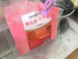 翻转樱花寿司,在米饭上撒均匀樱花粉