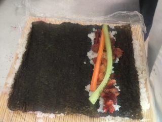 翻转樱花寿司,在放上自己喜欢吃的食物