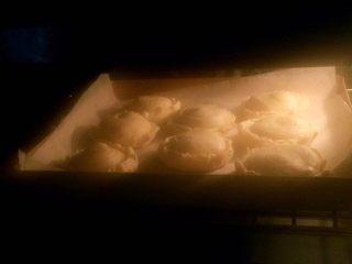 香蕉酥,烤箱180度预热好后将烤盘放入中层烤至表面开始上色后遮盖锡纸,锡纸亮面朝上,表面烤至金黄色即可出炉,约需40分钟左右,时间不固定,温度有偏差,以表面上色情况为准