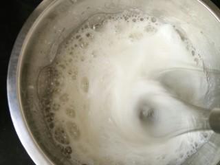 红丝绒蛋糕卷,蛋清加入几滴醋,打到粗泡,加入三分之一白糖。(白糖分三次加入)