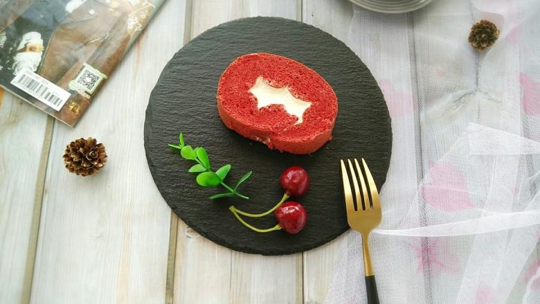 红丝绒蛋糕卷,定型后拿出来,切块。