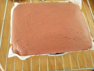 红丝绒蛋糕卷,放到预热好的烤箱上管160度,下管140度,烤25分钟。出炉撕去油纸,然后在表面盖上一张油纸以防帮忙变干。