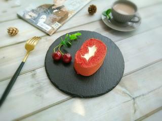 红丝绒蛋糕卷,再配上一杯奶茶。