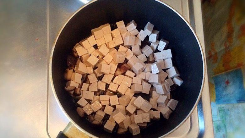 牛肉豆腐意面,炒锅内放油,待油温四五层热时,放入香菇和豆腐,煎至豆腐呈金黄色。