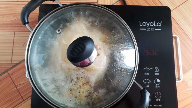 香醋手撕鸡,煮开后鸡肉翻面转小火焖10分钟