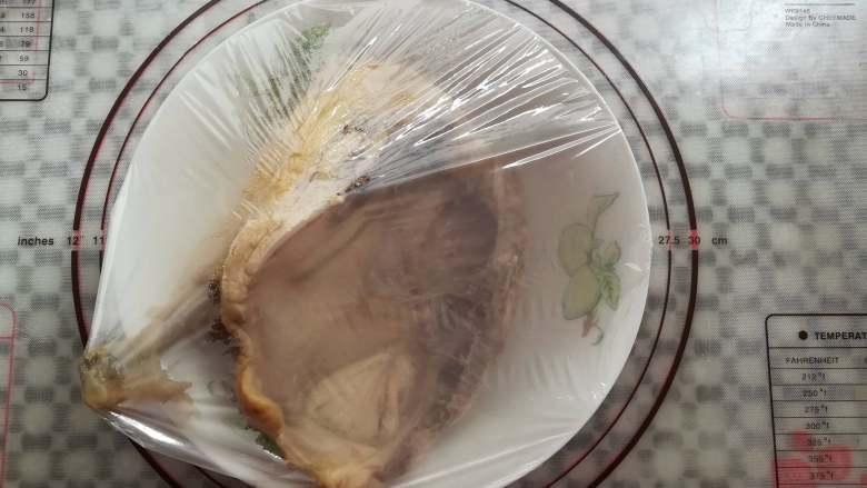 香醋手撕鸡,鸡肉煮熟后取出盖上保鲜膜放凉