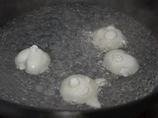 萌萌哒柴犬汤圆,开始煮汤圆~适量水煮沸,放入汤圆~先煮3分钟左右,倒入一杯凉水,再煮3分钟~就差不多了~