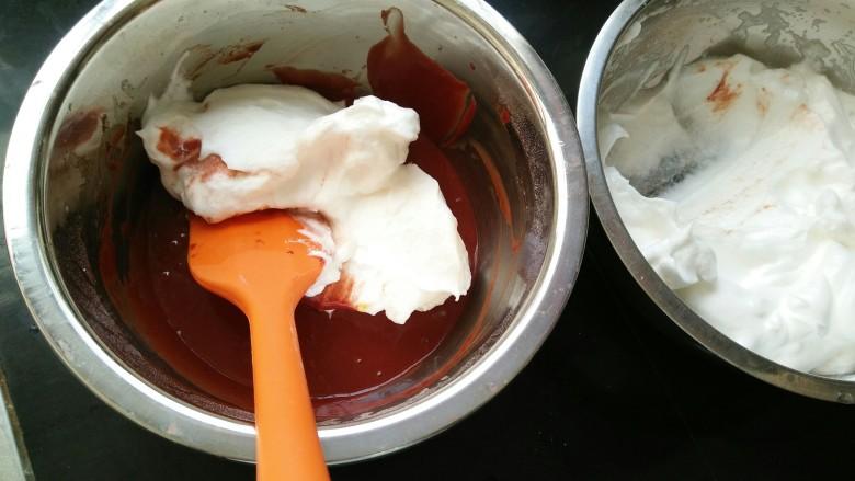 红丝绒蛋糕卷,取三分之一蛋白糊放到蛋黄糊里,翻拌均匀。