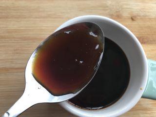 韭菜炒蚬肉,蚝油1勺,混合调匀备用。