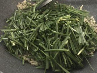 韭菜炒蚬肉,加入韭菜,翻炒几下。